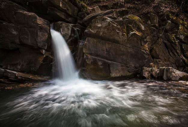 Cascata con rocce e acqua corrente