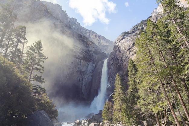 Cascate nel parco nazionale di yosemite, california