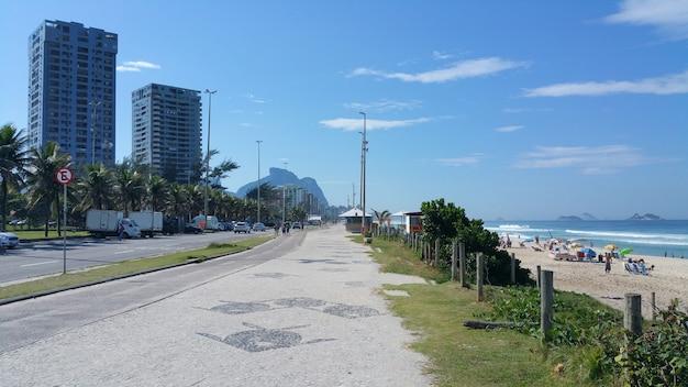 Vista sul lungomare e sulla spiaggia di barra da tijuca a rio de janeiro in brasile.