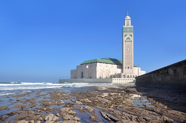 Lungomare di casablanca con la bassa marea e vista della moschea hassan 2 in marocco.
