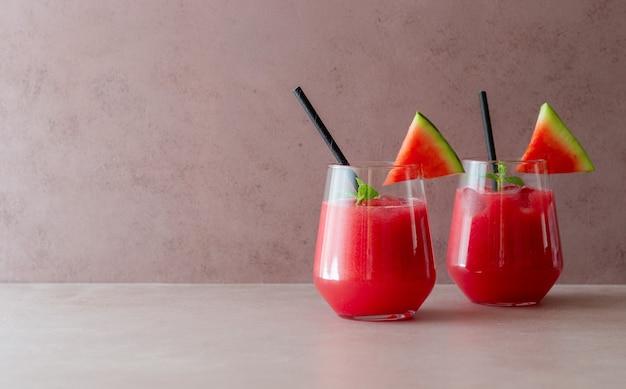 Bevanda all'anguria con menta e ghiaccio. bevande fredde. estate. mangiare sano. cibo vegetariano.