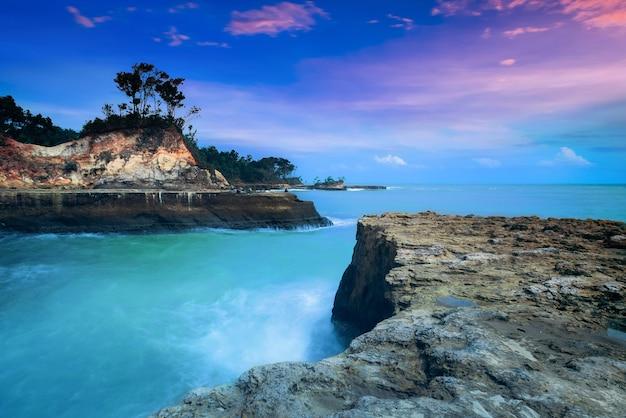 Paesaggi acquatici della spiaggia nel nord bengkulu, indonesia