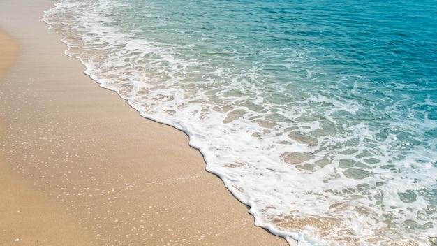 Onda dell'oceano blu sulla spiaggia sabbiosa. sfondo.
