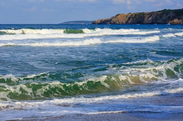 Onda di surf. vista estiva del mare dalla spiaggia.