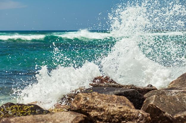 Le onde si infrangono sulla costa rocciosa