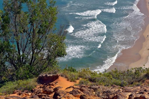 Onde che si infrangono sulla spiaggia, con mare blu, sulla costa nord di san paolo. sao sebastiao, sp, brasile