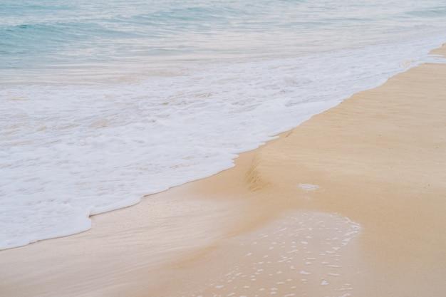 Onde che corrono alla priorità bassa della spiaggia