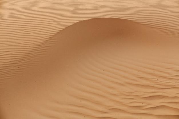 Onde di texture di sabbia. dune del deserto. belle strutture di barkhan sabbiosi.