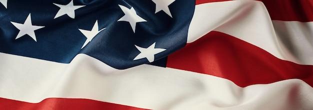 Bandiera americana sventolante vicino, lungo striscione