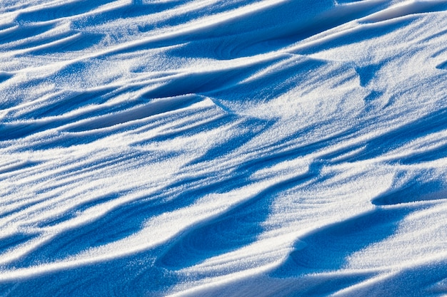 La neve ondulata irregolare derive dopo nevicate e vento forte, profondità di campo