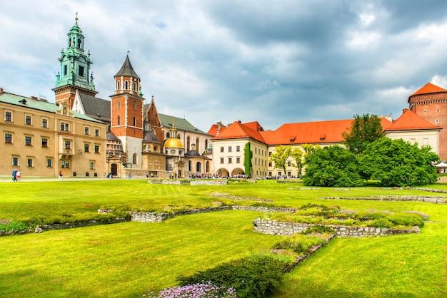 Cattedrale di wawel a cracovia, polonia. prato verde contro il castello