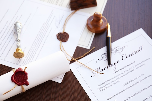 Sigillo di cera, timbro e documenti sul tavolo