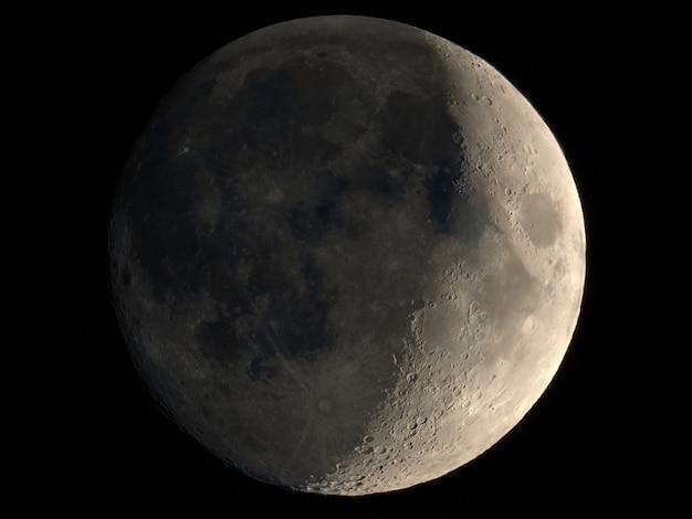 Luna crescente vista con il telescopio
