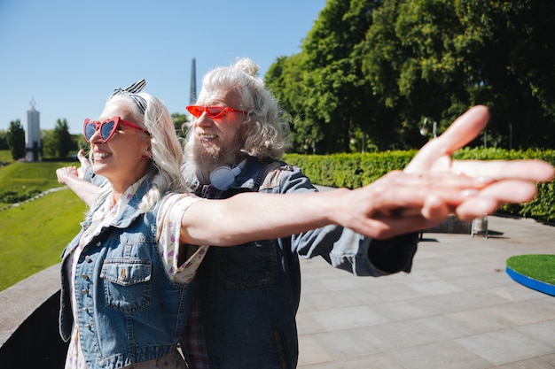Siamo liberi. felice coppia di mezza età in piedi insieme mentre si sente la libertà