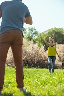 Siamo ispirati. donna esile soddisfatta che sorride mentre gioca con il suo amato uomo