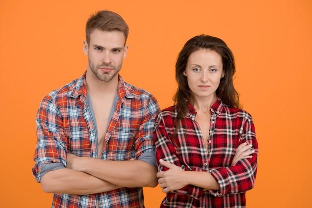 Siamo seri. abiti coordinati. negozio di abbigliamento alla moda. coppia moderna. esprimere la libertà. giovane e libero. san valentino. uomo e ragazza. coppia innamorata. camicie a scacchi coppia sexy. aspetto familiare.