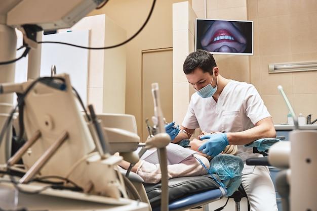 Possiamo aiutarti, il dentista gli farà un'iniezione di antidolorifico