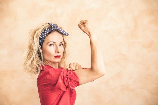 Possiamo farlo! festa della donna. 8 marzo. concetto di vacanza di primavera.