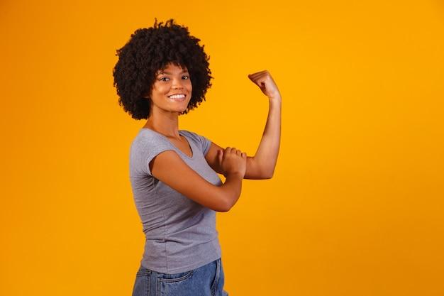 Possiamo farlo. il pugno della donna del potere femminile.