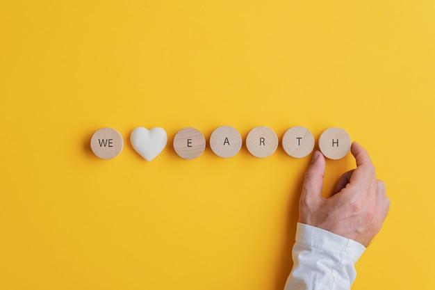 Adoriamo il segno di terra scritto su cerchi tagliati in legno con marmo a forma di cuore nel mezzo.