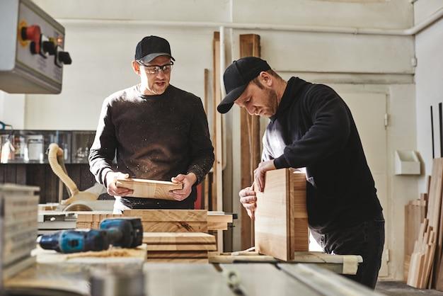 Adoriamo la tua azienda falegnami impegnati in uniforme che lavorano con il legno