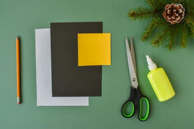 Facciamo un pinguino con carta colorata. passaggio 1. preparazione dei materiali per la creatività.