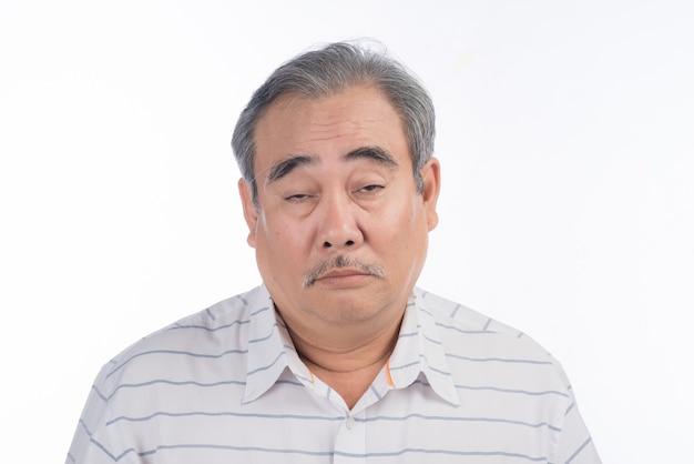 L'uomo asiatico stanco è esausto. è stanco di ascoltare sua moglie chiacchierare