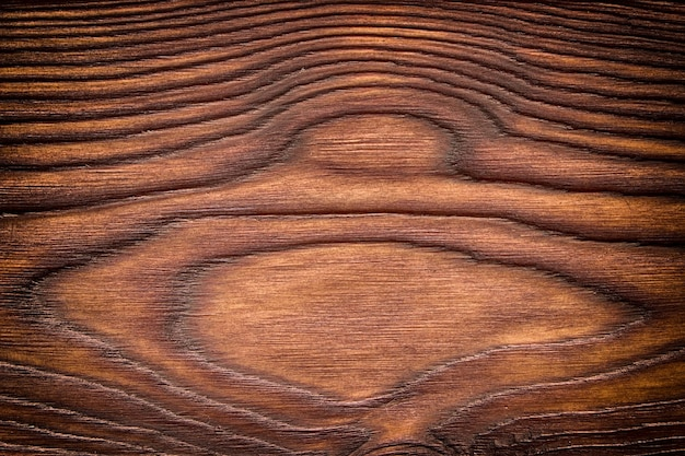 Fondo di legno del granaio esposto all'aria con i nodi. legno vecchio marrone