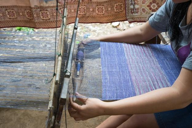 Telaio per tessitura per produzione artigianale di seta o tessile