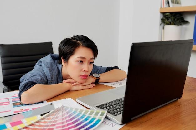 Web designer che legge e-mail con correzioni