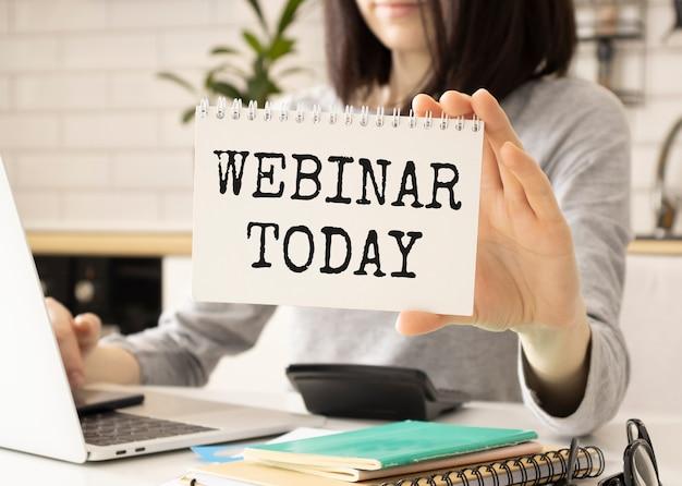 Webinar oggi messaggio scritto sullo schermo tablet bianco tenuto da donna d'affari, concetto di formazione online