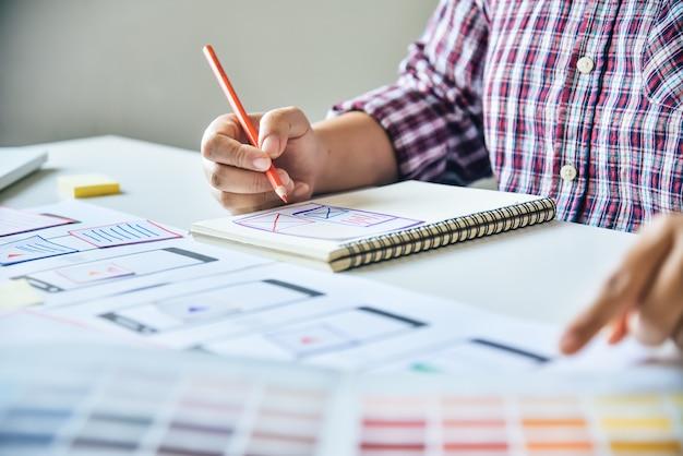 Progettista di siti web creativo di pianificazione dello sviluppo di applicazioni grafiche creative