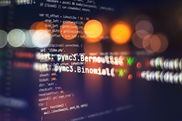 Codice html del sito web sulla foto del primo piano del display del laptop. standard di codifica del sito web di tecnologia dell'informazione per il web design schermata dello sviluppatore del programmatore.