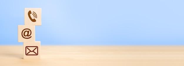 Sito web e internet contattaci concetto di pagina con icone di telefono, e-mail, posta. concetto di comunicazione del contatto di supporto della hotline. ampia vista panoramica delle icone dell'insegna, della posta e del telefono cellulare. copia spazio