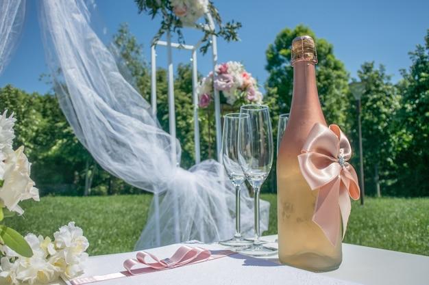 Arco nuziale con champagne in natura
