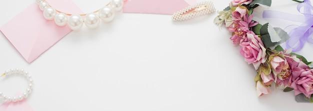 Sfondo di matrimonio decorato con buste di invito rosa