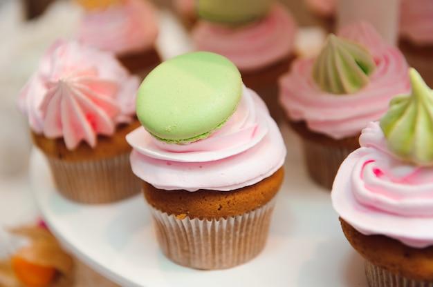 Torte per banchetti nuziali in un ristorante, cupcakes al cioccolato colorato sul tavolo