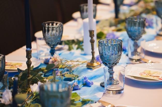Banchetto matrimoniale. impostazione della tabella.