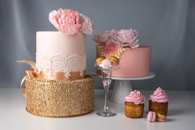Belle torte nuziali decorate con fiori di mastice