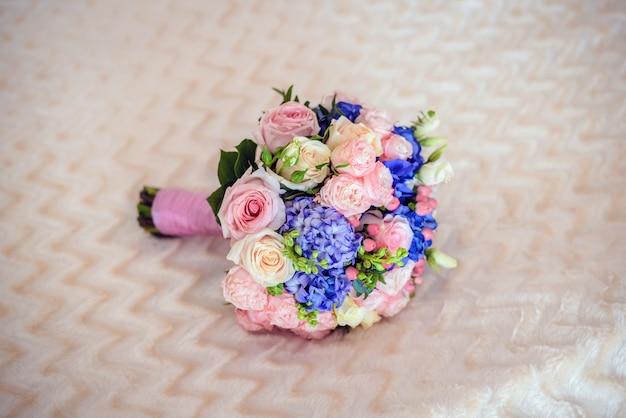 Bouquet da sposa su una superficie morbida beige