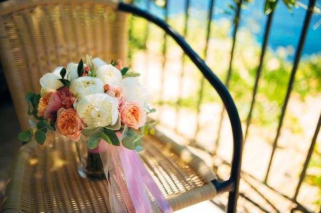 Bouquet da sposa sulla sedia