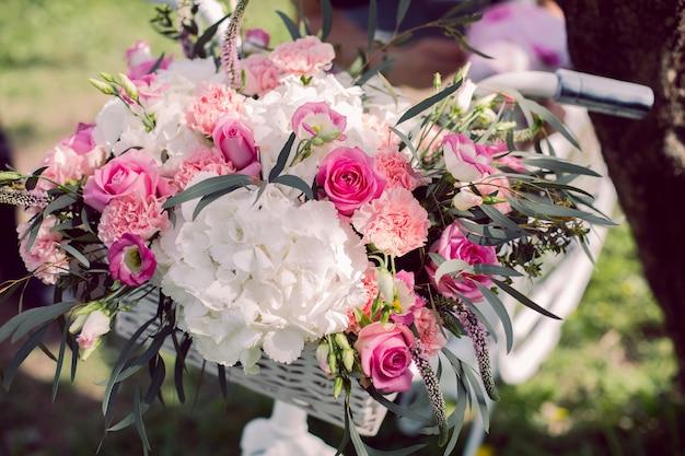 Bouquet da sposa di peonie nel cestello