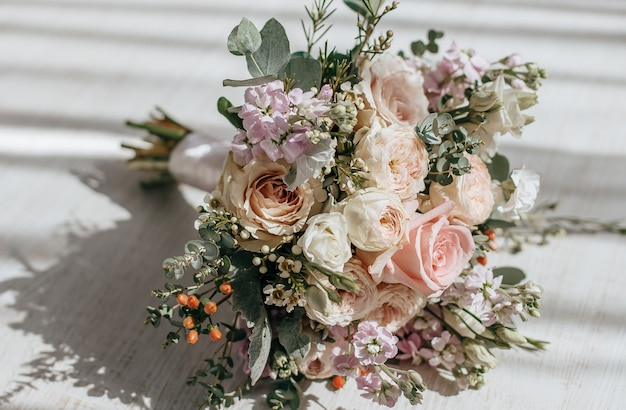 Bouquet da sposa di fiori di peonie sul pavimento degli sposi