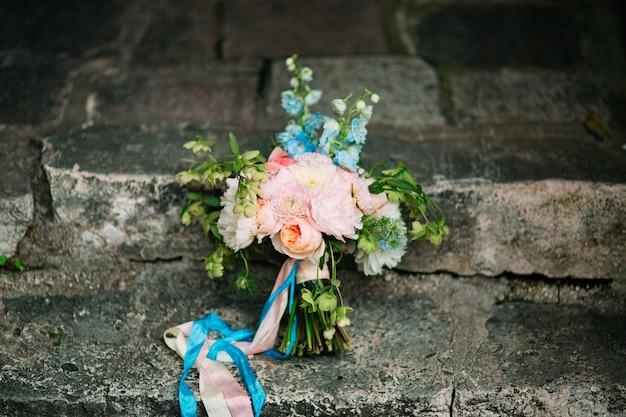 Bouquet da sposa di peonie on the rocks matrimonio in montenegro