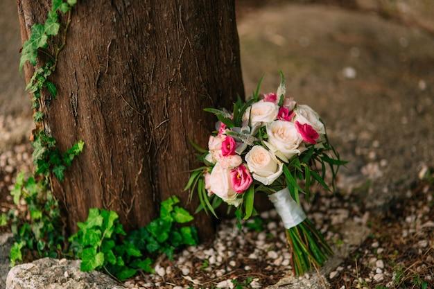 Bouquet da sposa di rose peonie e piante grasse