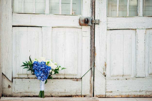 Bouquet da sposa su sfondo strutturale