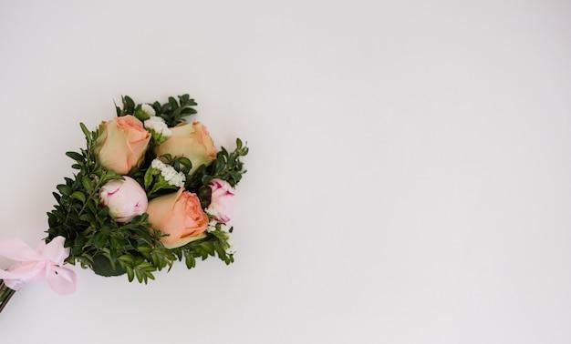 Bouquet da sposa su sfondo bianco con spazio per il testo