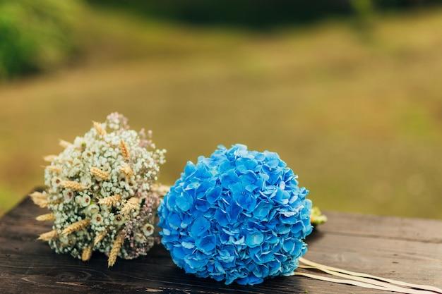 Bouquet da sposa su fondo in legno