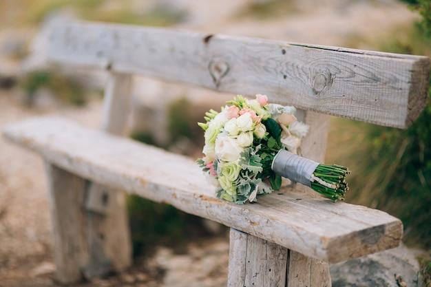 Bouquet da sposa di lisianthus e argento cineraria