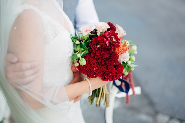 Matrimonio bouquet da sposa di rose celosia proteus nelle mani
